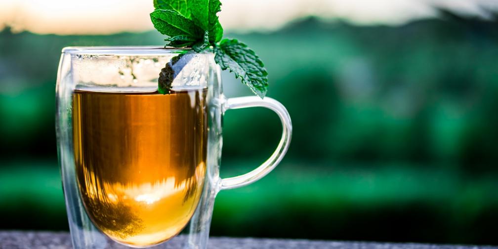 Kombucha – zdravý nápoj, který si sami můžete připravit doma. Pomáhá našim střevům,  působí na alergie, hubneme s ní, snižuje cholesterol, regeneruje buňky...